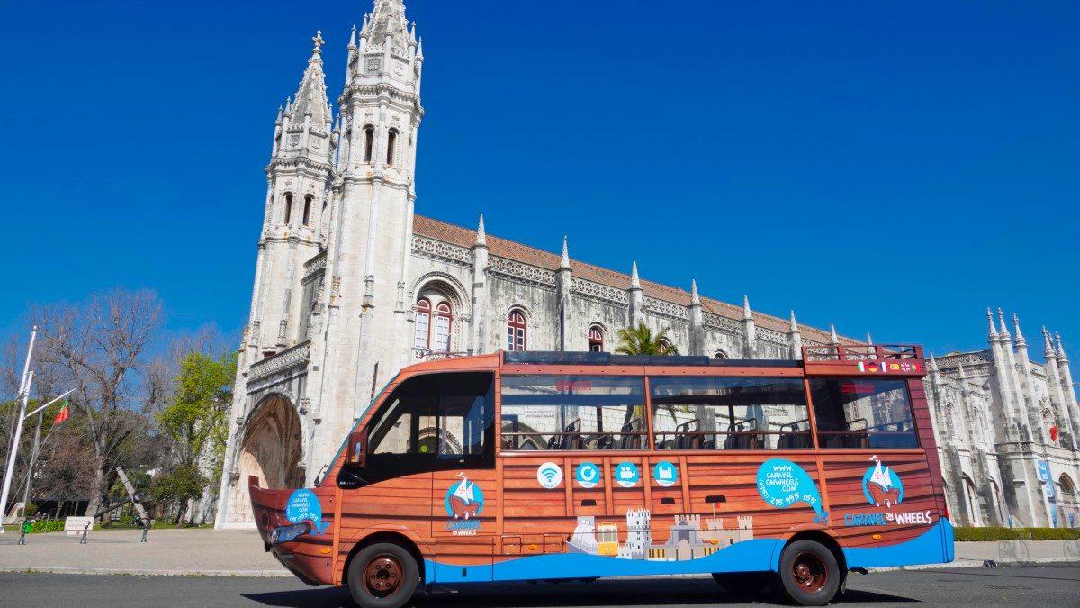 Caravel on Wheels autocarro panorâmico em Lisboa para tours regulares ou para grupos privados em Lisboa que querem conhecer a cidade. Parage em Belém no Mosteiro dos Jerónimos.