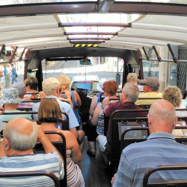 grupo senior de autocarro em lisboa em excursão desde o terminal do porto de cruzeiro de lisboa