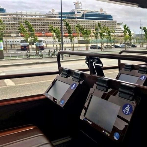 cruzeiro em lisboa ao fundo visto so autocarro caravela na paragem do porto de cruzeiros