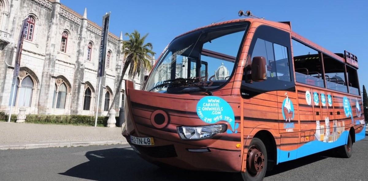 Passeio de autocarro em Lisboa de caravela sobre rodas. Autocarro turístico panorâmico em Lisboa, Belém, Mosteiro dos Jerónimos