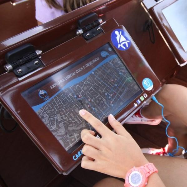 Tablet interativo tour em Lisboa no autocarro caravela