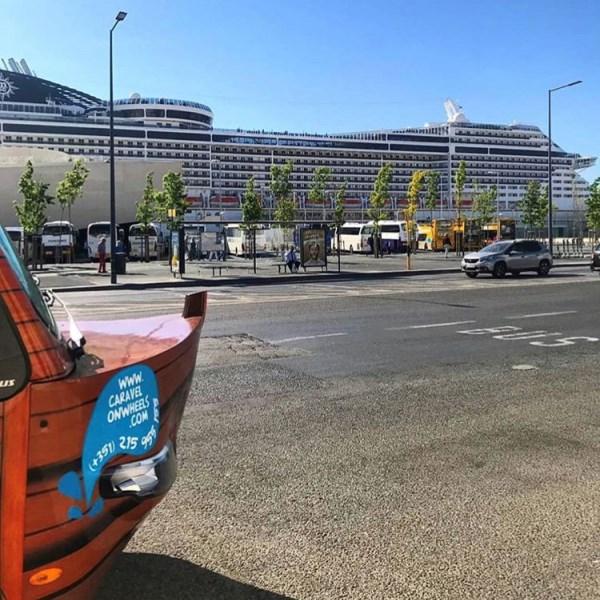 panorama bus Kreuzfahrtschiff in Lissabon BUSHALTESTELLE bus stop