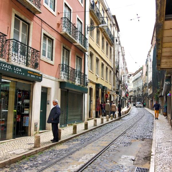 Circuito turisto autocarro caravela em Lisboa antiga mouraria