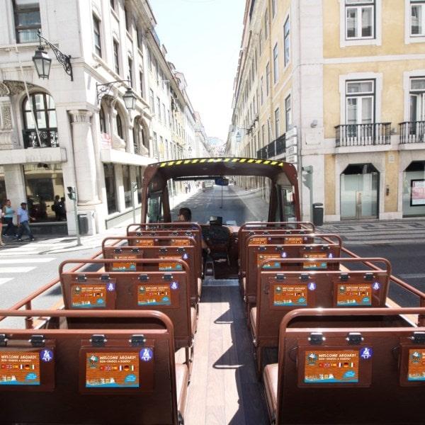Autocarro turístico caravela na baixa de Lisboa vista dos tablets